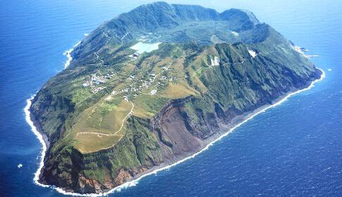 青ヶ島空撮:集落は北側の一帯のみです。