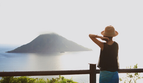 八丈富士から八丈小島を望む